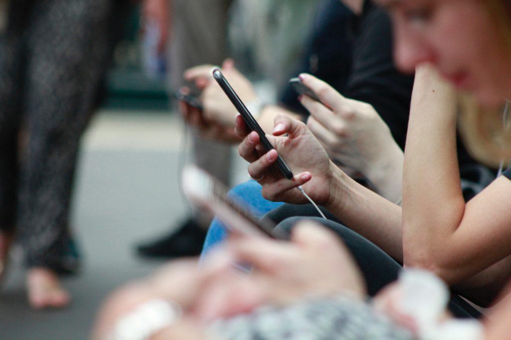 Les réseaux sociaux sont devenus d'excellents outils, précisément parce qu'ils permettent le contact avec le public de manière très étroit